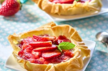 Recipe strawberry pie with pastry filo sheets